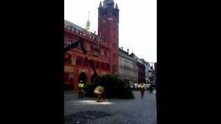 Holzschlag vor Basels ehrwürdigem Rathaus. Alles hat ein Ende, nur die W...