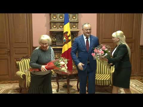 Igor Dodon a conferit Diploma de Onoare a Președintelui Republicii Moldova Ecaterinei Caraman și profesoarei ei de pian