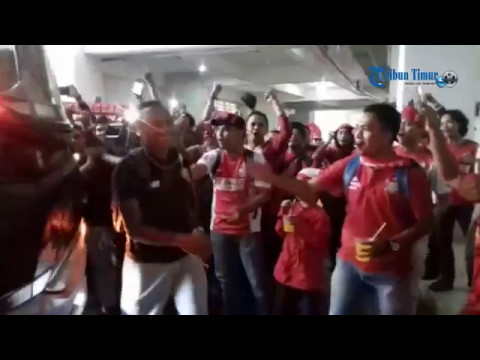 Suporter Sambut PSM saat Tiba di Stadion Pakansari