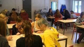 Första nian! Atheneskolan i Visby spelar diktspelet Ogoola Karuta!