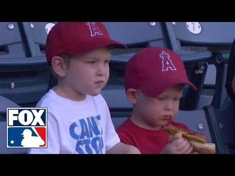 這段小男孩在吃熱狗的影片本來沒什麼,但是熱狗不小心掉出來後…小男孩的反應瞬間萌翻全場!