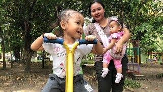 Video Balita Bermain Jungkat Jungkit, Perosotan dan Ayunan di Taman - Kids Outdoor Playground MP3, 3GP, MP4, WEBM, AVI, FLV Maret 2019