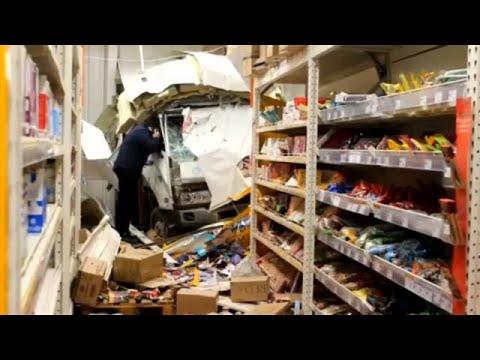 """Ρωσία: Φορτηγό """"μπήκε"""" σε σούπερ μάρκετ!"""