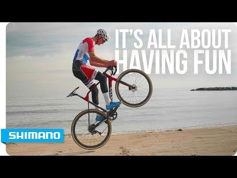Mathieu van der Poel affina le sue abilità in spiaggia