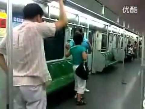 兩個上海人在車廂裡打架,配上神奇的解說竟然變成一場精采的比賽?!