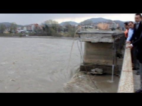 تركيا: 15 شخصاً في عداد المفقودين بعد إنهيار جسر - فيديو