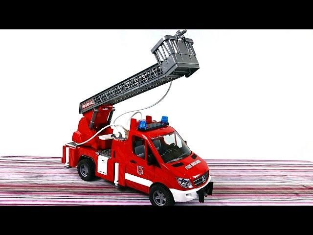 Игрушки для детей. Пожарная Машина  Bruder тушит пожар