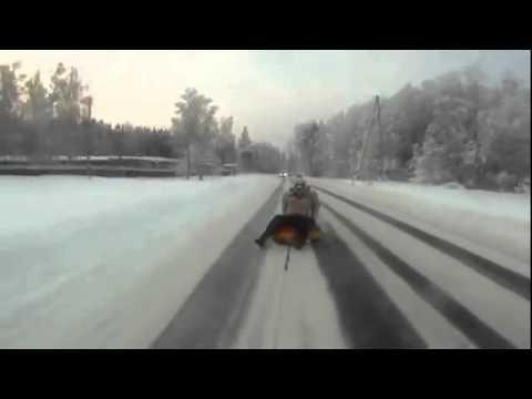 video que muestra un flotador atado a un coche, para ir por la nieve a toda velocidad