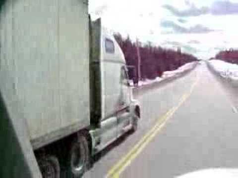 「大型のトラックで、対向車線側を抜いていくデンジャラスなドライバー」のイメージ