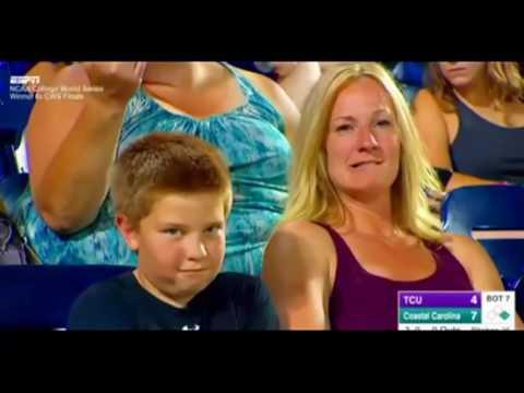 Incroyable - Un enfant fixe la caméra pendant un match de baseball