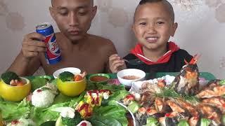 anh em tam mao tập ăn kiểu tây cho nó sạch sẽ mà ăn như lợn