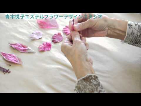 In this tutorial you will learn practical information about coloring leaves in Somebana technique, a Japanese silk flower art.