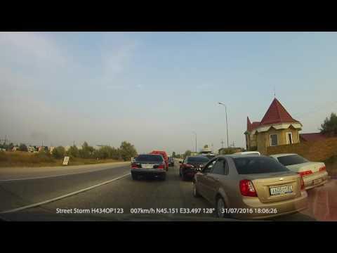 Venäläiselle ajokaistalle mahtuu vaikka kolme autoa vierekkäin, katso vaikka!