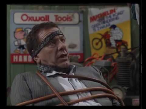 fc - DDT krijgt bezoek van een afgevaardigde van een belangrijk automerk. De man stelt hem voor plaatselijk filiaalhouder te worden. De garage moet dan wel uitgeb...