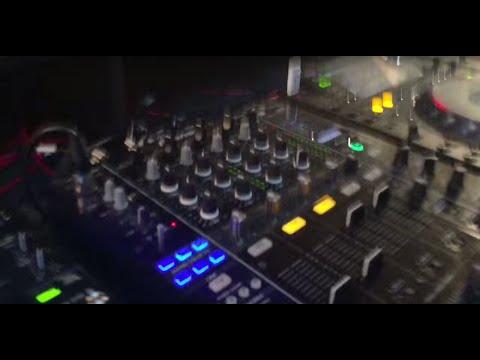 在這間夜店裡,當音樂越來越HIGH所有人都要準備聽到爆點時,DJ做的事情讓全場所有人都超崩潰!