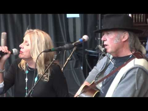 Neil & Pegi Young - Comes a Time - Neil Young's Bridge School 2013