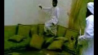شخص يدخل على اصدقائه ومعه اسد