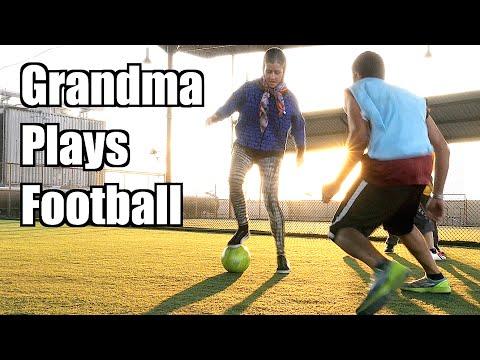 足球場上一名老奶奶搞笑地要求加入踢足球…原本偷笑的球員最後竟然忍著恥辱地膜拜她!