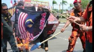 Video PROTES MERAH PUTIH TERBALIK, BENDERA MALAYSIA DIBAKAR MP3, 3GP, MP4, WEBM, AVI, FLV Oktober 2018
