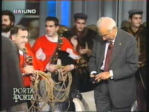 Paolo Pinna consegna un coltello a Francesco Cossiga