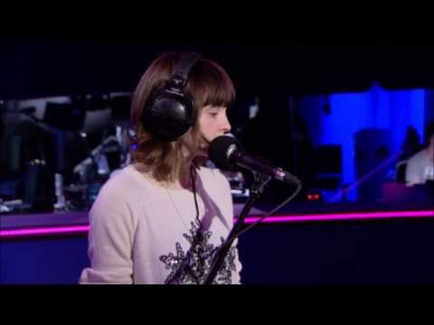 Tekst piosenki Chvrches - Stay Another Day (East 17 cover) po polsku