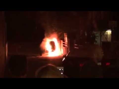 Paura a San Nicolò, auto a fuoco durante la festa FOTO VIDEO