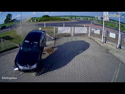 Újabb felvétel a körforgalmon átszáguldó autó balesetéről