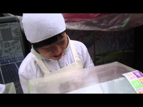 street vendor makes 16,000 honey strings in two minutes
