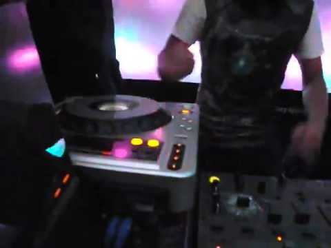 Lệ Rơi gấy sốt với clip chơi DJ cực xung trong Bar