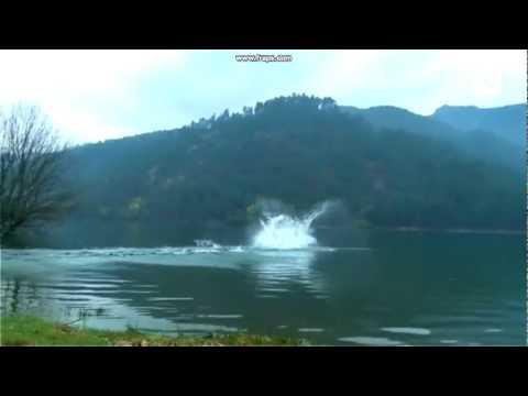 輕功水上漂被外國人練成了!竟然真的跑過半條河!