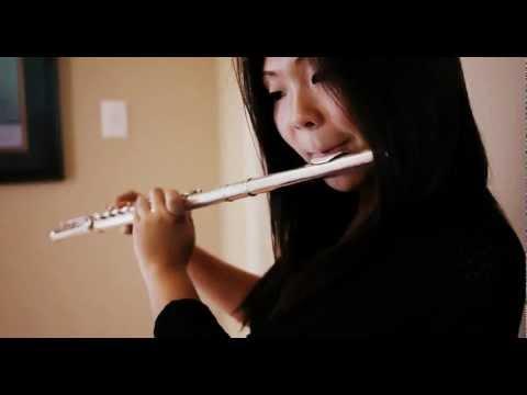 video de una chica haciendo beatbox mientras toca una flauta