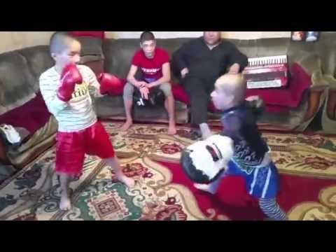 Kirgisialaisilla pikkupojilla on astetta kovempaa leikkiä