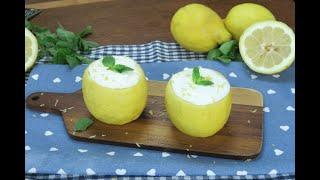 Fresca e veloce, una crema da preparare in pochi minuti, perfetta per le sere d'estate.INGREDIENTIsucco di 2 limoni100g di zucchero200ml di panna montatamentaPREPARAZIONEPrendete due limoni e svuotateli. Filtrate la polpa per ottenere il succo, poi unite lo zucchero. Montate la panna montata ben ferma e pian piano amalgamatela allo sciroppo di zucchero e limone. Otterrete una crema non troppo solida da mettere in freezer per 2 ore. Riempite il limone con la crema ben fretta, decorate con menta e scorza di limone e servite!http://youmedia.fanpage.it/video/an/WXDcNuSwXJAwrYdG