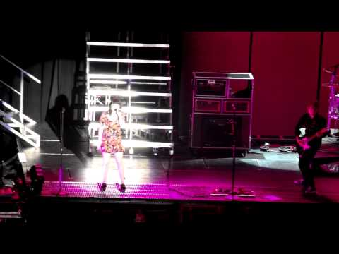 Carly Rae Jepsen - This Kiss  Live @ Palacio De Los Deportes de Madrid