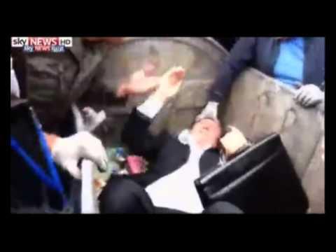 محتجون يلقون نائب أوكراني في صندوق القمامة