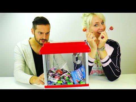 Die Kralle kommt! Süßigkeiten GreifautomatBATTLE | Nina und Kaan spielen um Center Shocks, Oreos