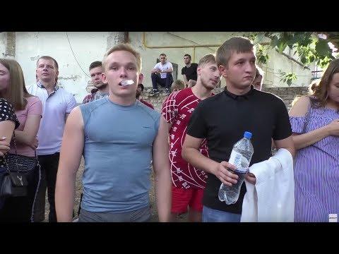 Мужик рубанул с одного удара  - DomaVideo.Ru