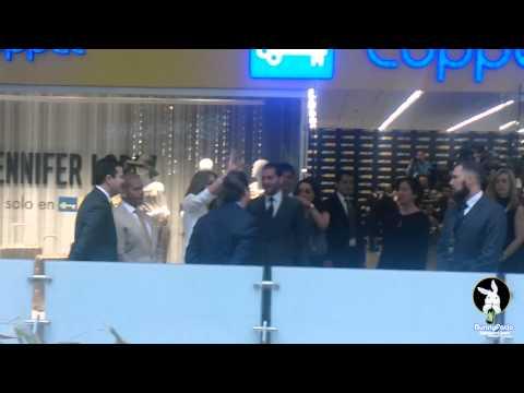 Jennifer Lopez saludando a sus fans en su visita a México.