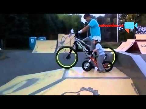 Pavlíček skáče ve skateparku