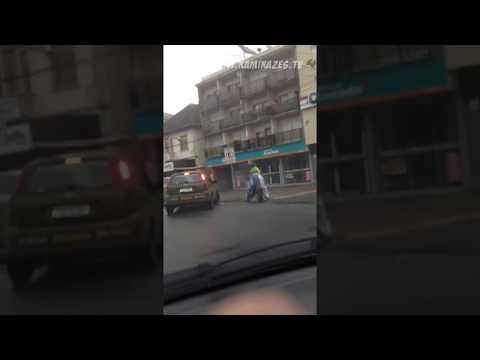 Vídeos engraçados - Palhaço fugindo da policia em mini moto (49cc) - Carlos Barbosa RS (www.kamikazes.tv)