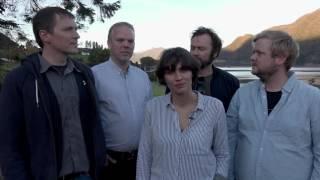 Artisten Tom Roger Aadland fremførte albumet Blond on Blond på nynorsk sammen med et lokalt band i Dalsfjorden.