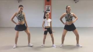 Aprenda a coreografia de Manda Um Beijo Daqui do Mc Andrewzinho e dance com a gente! Gostou? Curta, deixe seu comentário e inscreva-se no canal!Facebook Oficial: https://www.facebook.com/OficialYoutubegemeascom/Instagram Oficial: https://www.instagram.com/gemeas_com/Apoio Academia mega Fitness : https://www.facebook.com/VinhedoMegaFitness/ Canal Mariana Ribeiro BJ :https://www.youtube.com/channel/UCXNiBEsmNzDJdQgYcsFvLqA