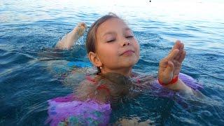 Карина учится плавать,Средиземное море,октябрь 2015Не забывайте ПОДПИСЫВАТЬСЯ на канал, ставить ЛАЙКИ и КОММЕНТИРОВАТЬ видео.