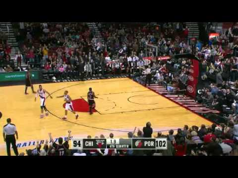 Damian Lillard dunks on the Chicago Bulls