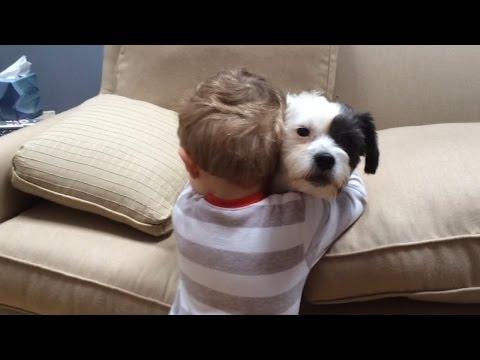 狗狗不會撿球...小嬰兒不責怪反而給牠一個愛的擁抱