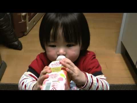 Rino - 2011年4月6日/1歳10ヶ月 Rino drinks favorite juice. However, she reverses a plastic bottle suddenly and spills it. When a mom is angry, she faking crying. Because s...