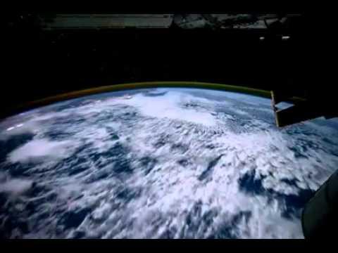 1 phút vòng quanh trái đất cùng vệ tinh