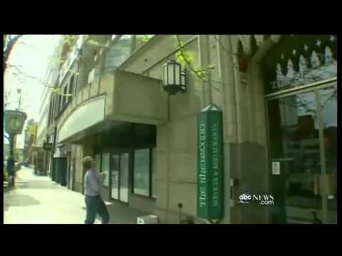 Un banquier ,prévenant, sauve des canetons du haut d'un balcon.