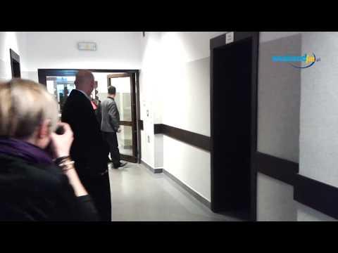 Ojciec Marty Żmudy Trzebiatowskiej wchodzi tyłem na salę rozpraw