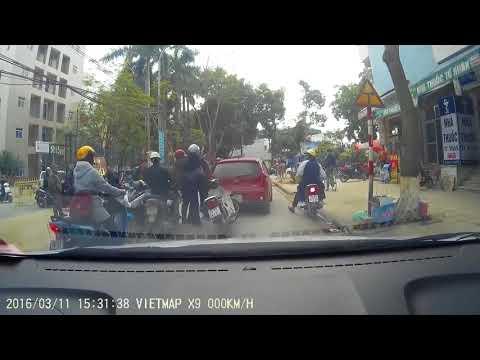 Thanh niên đi xe máy hổ báo đâm đít ôtô khiêu khích và cái kết
